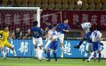 图文:中超第11轮青岛1-4天津 门前混战争头球