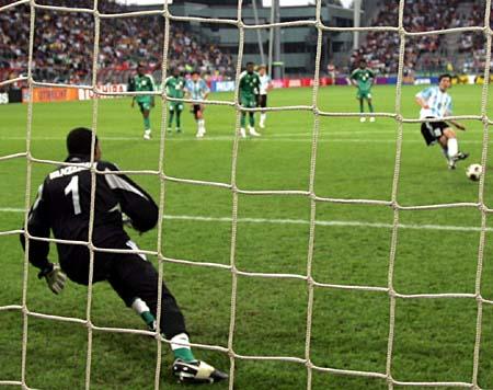图文:世青赛阿根廷VS尼日利亚 梅西点球破门