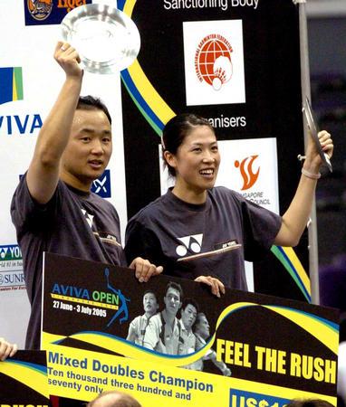 新加坡羽球公开赛 张军 高崚举起奖杯