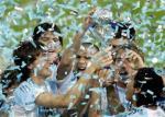 图文:世青阿根廷VS尼日利亚 阿队员高举奖杯