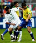 图文:巴西队获得第三名 双方拼抢