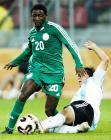 图文:世青赛决出冠军 拦截尼日利亚队员