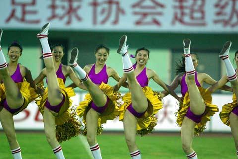 图文:中超第11轮辽宁平中邦 啦啦队表演助兴