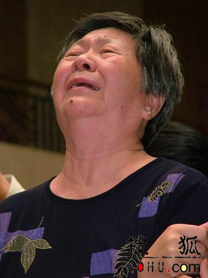 古月老姐哭倒在灵柩上 卢奇深情追忆老友