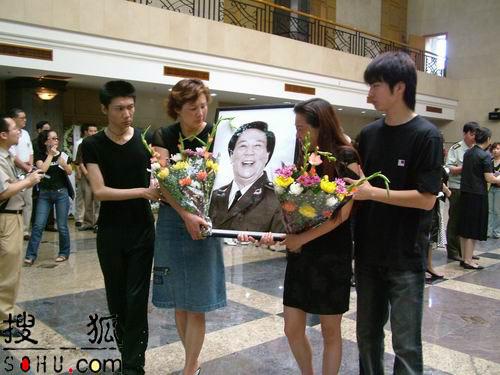 图文:古月儿子、女儿手捧遗像