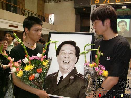 图文:古月两个儿子手捧遗像