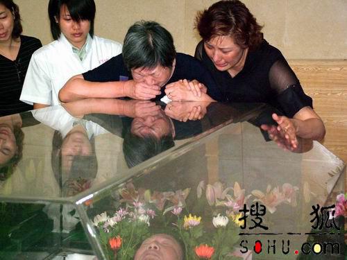 图文:古月姐姐扑上灵柩痛不欲生