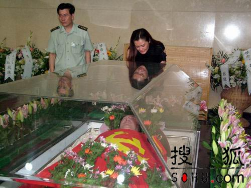 图文:古月女儿向告别遗体