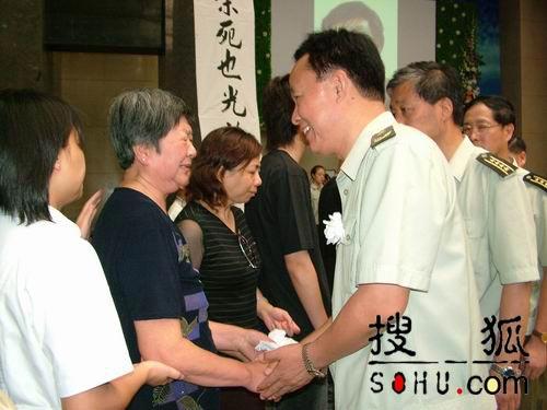图文:慰问团慰问古月亲属