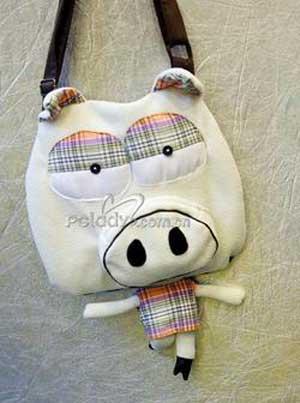 所有的包包都做成卡通动物的造型,巡鹿,山羊,小鸡,这些可爱的小动物都