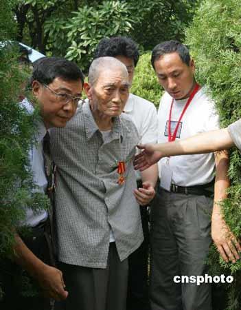 图文:凇沪会战健在老兵杨养正返上海祭奠战友