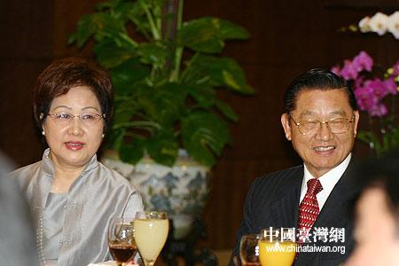 台湾华聚基金会董事长江丙坤携夫人出席晚宴