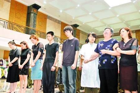 """古月追悼会广州举行 卢奇解释""""桑拿疑问"""""""