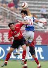 图文:重庆1-0点杀辽宁 魏新与对手争顶头球