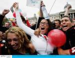 图文:伦敦获2012奥运会主办权 市民欢呼庆祝
