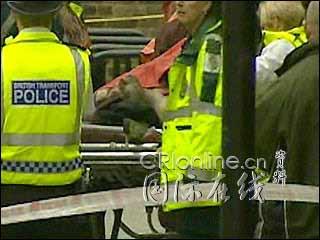 图文:英国伦敦发生连环爆炸 警方查看爆炸现场