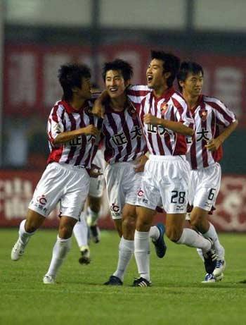 图文:中邦1-2负于国际 李刚和队友庆祝进球