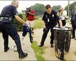 垃圾桶中寻找爆炸物