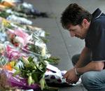 一名男子在鲜花前沉思