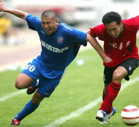 图文:青岛2-0胜延边 俞锋在比赛中带球突破