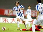 图文:上海国际2-1重庆力帆 伊万带球突破