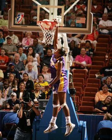 WNBA全明星赛平淡中见惊雷:又见莱斯利飞身扣篮
