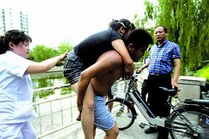 跳河获救的女孩被朋友背走