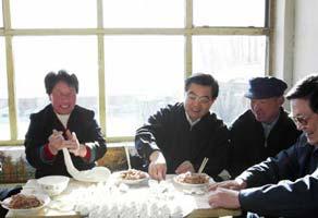 总书记除夕访农家:一定要让所有村民吃上饺子