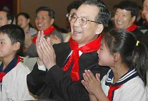温家宝与农民工子女一起观看晚会共庆6-1儿童节