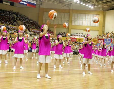 图文:中国女篮78-63古巴 开幕式上篮球操表演