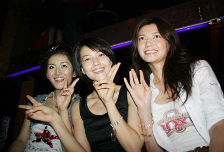 组图:浮华之夜狂欢-三位美女竟相斗艳
