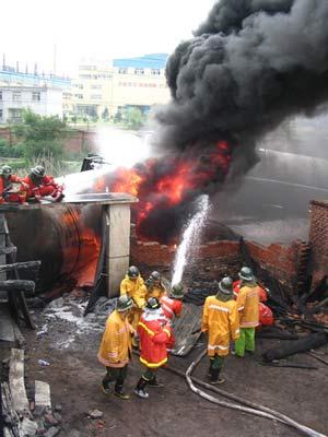 抚顺一列车脱轨燃烧 消防员奋战6小时扑灭(图)