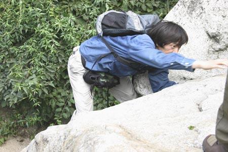 花絮图:奋力攀登 巨石磅礴走泥丸