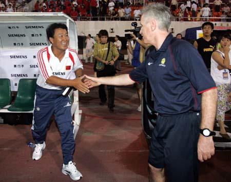 图文:中澳女足对抗赛 赛后双方主教练握手