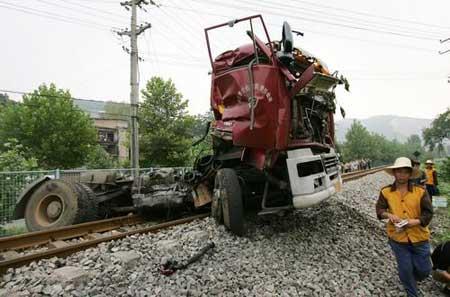 湖北黄石一火车与载钢管重卡相撞 1死4伤(图)