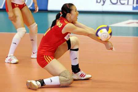 图文:世界女排大奖赛中国胜巴西 周苏红垫球