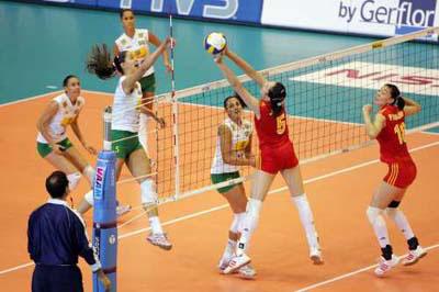 图文:世界女排大奖赛中国胜巴西 双方网上激烈争夺