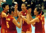 图文:中国女排轻取巴西队 队员们庆贺胜利