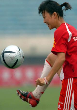 图文:中国女足在津训练