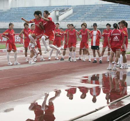 图文:中国女足备战中澳对抗赛