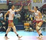 图文:中国女排战胜日本队 冯坤周苏红击掌祝贺