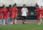 图文:中国女足备战中澳对抗赛 裴恩才带队