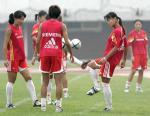 图文:中国女足备战中澳对抗赛 队员在进行训练