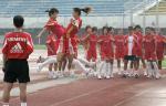 图文:中国女足备战中澳对抗赛 队员在训练3
