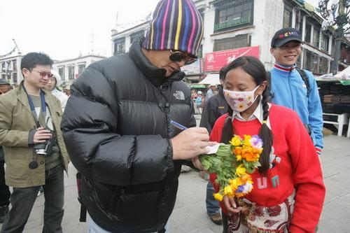 孙楠奇装惊艳八角街 藏族少女含羞献花