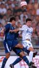 图文:中超联赛第十五轮 天津于根伟(右)争顶