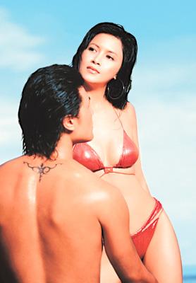 完美女人邵美琪火热三点式与猛男亲密接触(图)