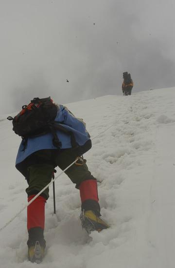 组图:A组队员冲击5800米突击营地 冲击过程