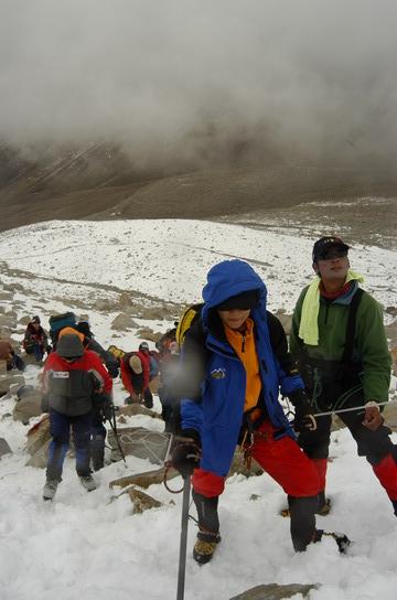 组图:A组队员冲击5800米突击营地 努力攀登中