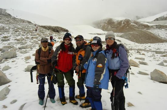 组图:A组队员冲击5800米突击营地 胜利到达